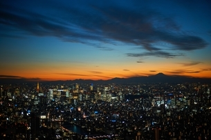 Elevated cityscape view with sunset over silhouetted Mount Fuji, Tokyo, Japanの写真素材 [FYI03540555]