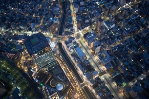 Overhead view of skyscrapers and highways at night, Tokyo, Japanの写真素材 [FYI03540557]