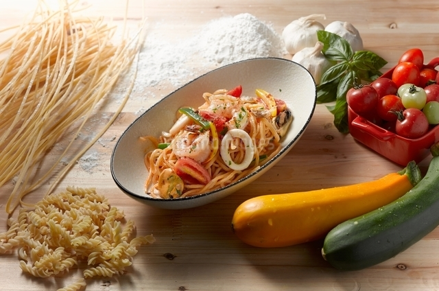 High angle view of spaghetti scoglio in oval serving dishの写真素材 [FYI03540993]