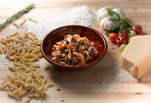 High angle view of pork and mushroom pasta in bowlの写真素材 [FYI03540995]