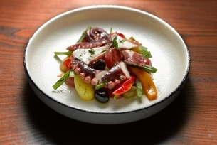 High angle view of octopus seafood salad in shallow bowlの写真素材 [FYI03541005]