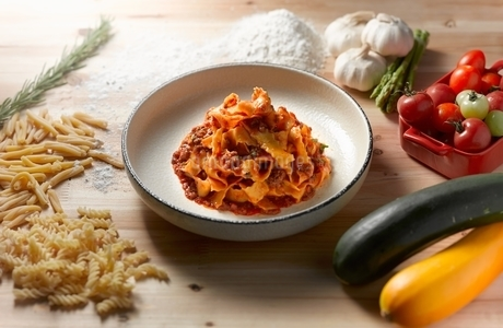 High angle view of tagliatelle bolognese in shallow bowlの写真素材 [FYI03541009]