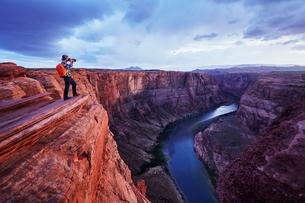 Photographer taking picture, Colorado River, Arizonaの写真素材 [FYI03541382]