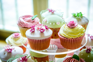 Variety of pretty cupcakes on cakestandの写真素材 [FYI03541702]