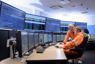 Workers in control room of gas-fired power stationの写真素材 [FYI03541713]