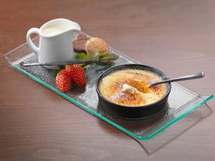 Traditional Italian dessert of Creme Bruleeの写真素材 [FYI03541828]
