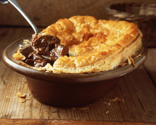 Beef and ale puff pastry pie in oval dishの写真素材 [FYI03542374]