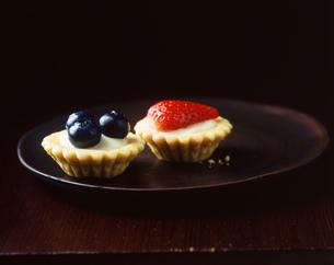 Mini summer fruit tarts on plateの写真素材 [FYI03542465]