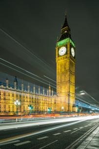 Traffic light trails and Big Ben at night, London, UKの写真素材 [FYI03542618]