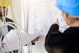 Business client questioning blue print in new office buildingの写真素材 [FYI03542773]