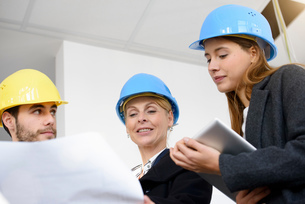 Businesswoman questioning blue print in new office buildingの写真素材 [FYI03542780]