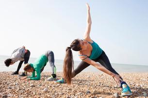 Man and women warm up training on Brighton beachの写真素材 [FYI03542910]