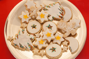 Overhead view of iced christmas cookies on plateの写真素材 [FYI03543017]