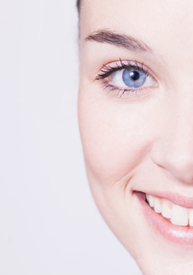 Cropped close up portrait of beautiful young woman with blue eyesの写真素材 [FYI03543119]