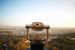 Coin-operated binoculars overlooking Hollywood, Los Angeles, USAの写真素材 [FYI03544333]