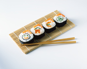 Salmon sushi on placemats with wooden chopsticksの写真素材 [FYI03545325]