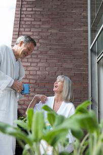 Couple chatting, having coffee on balconyの写真素材 [FYI03545765]
