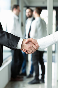 Businessman and businesswoman shaking handsの写真素材 [FYI03546292]