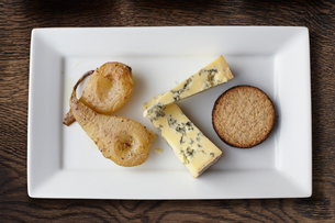 Overhead view of stilton, poached pears and crackers on cheese boardの写真素材 [FYI03546325]