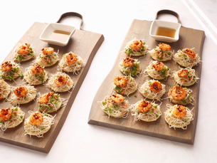 Sesame noodles and chilli prawn canapes with dipping sauceの写真素材 [FYI03546328]