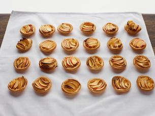 Miniature frangipane apple tarts on tableclothの写真素材 [FYI03546331]