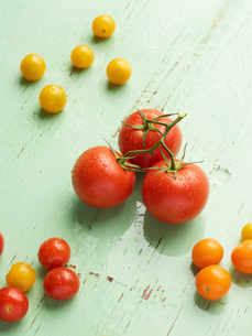 Overhead view of tomatoes on green backgroundの写真素材 [FYI03546335]