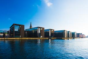Rows of office building on river waterfront, Copenhagen, Denmarkの写真素材 [FYI03546811]