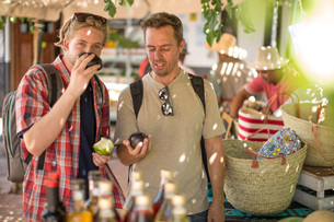 Tourists buying fruits in marketの写真素材 [FYI03547434]