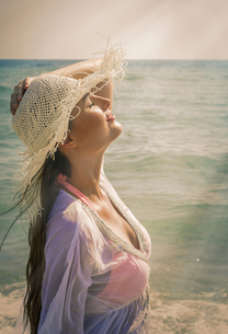 Beautiful young woman wearing sunhat on Miami beach, Florida, USAの写真素材 [FYI03547979]