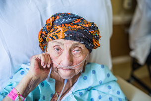 Patient on hospital bed, close upの写真素材 [FYI03548375]