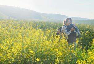Couple in rapeseed field huggingの写真素材 [FYI03548470]