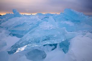 Stacked broken ice at sunset, Baikal Lake, Olkhon Island, Siberia, Russiaの写真素材 [FYI03548594]