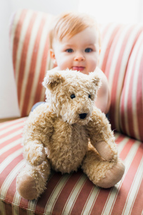 Portrait of cute of baby girl and teddy bearの写真素材 [FYI03548974]