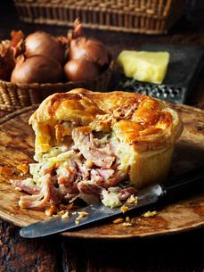 Ham, cheese and onion pieの写真素材 [FYI03549383]