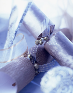 Luxury silver christmas crackers, blue tintの写真素材 [FYI03549402]