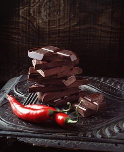 Food, chilli chocolate, raw red chilli peppers, vintage wooden surfaceの写真素材 [FYI03549436]