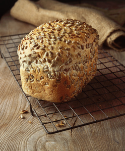 Food, bakery, seeded bread, granary loaf, sunflower seedsの写真素材 [FYI03549440]