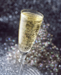 Alcoholic drinks, bubbly champagne in champagne fluteの写真素材 [FYI03549443]