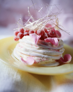 Berry and rose petal meringue with cream, close-upの写真素材 [FYI03549465]