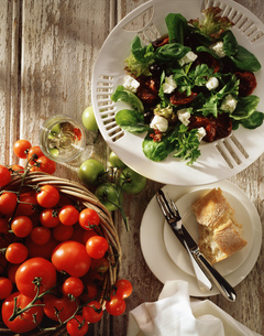Mediterranean salad, feta cheese, black olives, sun dried tomatoes, salad leaves with fresh tomatoesの写真素材 [FYI03549492]