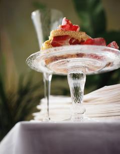 Strawberry shortbread dessert on glass plateの写真素材 [FYI03549511]