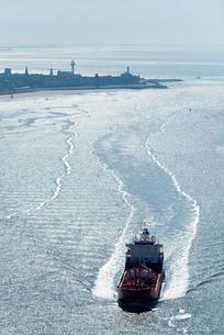 Chemical tanker sailing by coast, Flushing, Zeeland, Netherlandsの写真素材 [FYI03549935]