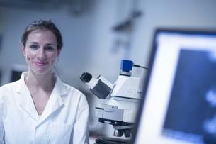 Portrait of female scientist in laboratoryの写真素材 [FYI03550054]