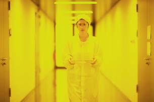 Scientist in holographic laboratoryの写真素材 [FYI03550070]