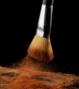 Bronzing powder falling from make up brush onto paletteの写真素材 [FYI03550871]