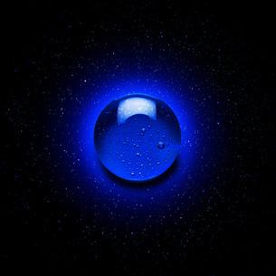 Blue gel droplet against starry night skyの写真素材 [FYI03550883]
