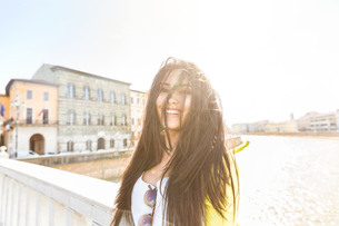 Beautiful woman with long brunette hair looking at camera smilingの写真素材 [FYI03551088]
