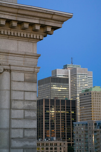 Bank of Montreal building, and Modern office buildings at dawn, Montreal, Quebec, Canadaの写真素材 [FYI03551294]