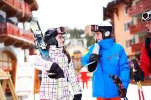 Teenager girl and boy, carrying skisの写真素材 [FYI03551642]
