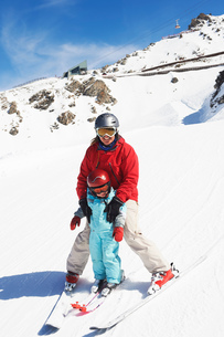 Portrait of mother and son on skisの写真素材 [FYI03551648]
